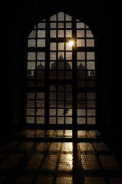 Doorkijkje vanuit Taj Mahal, Agra, India van Gonnie van de Schans