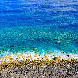 Strand und klares blaues Wasser auf der Insel Madeira von Sjoerd van der Wal