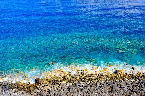 Strand en helder blauw water op het eiland Madeira