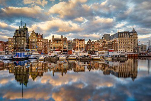 Een leeg Damrak Amsterdam