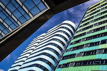Gebäude, gesehen aus der Froschperspektive, auf der Rückseite von Arnhem CS von Anne Ponsen