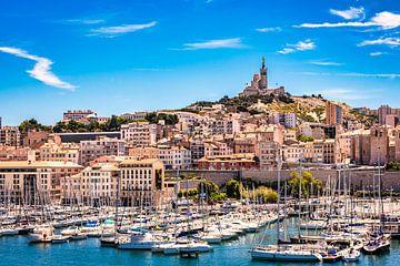 Zeilboten in de oude haven van Marseille met uitzicht op de Basiliek Notre dame de la garde van Dieter Walther