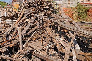 Houten balken en planken op de bouwplaats na de sloop van een gebouw