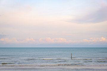 Getijdepaal in zee van Johan Vanbockryck