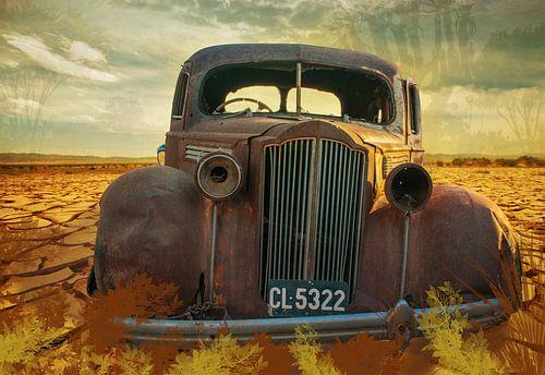 Roestige auto in de woestijn, Namibië