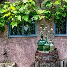 Stilleben mit Vasen auf einer Regentonne. von Tilly Meijer