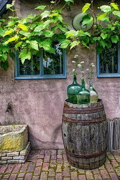 Stilleben mit Vasen auf einer Regentonne.