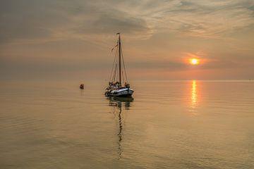 Un voilier historique à fond plat entre dans le port de Laaksum en Frise. sur Harrie Muis