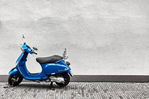 Blauwe Vespa van