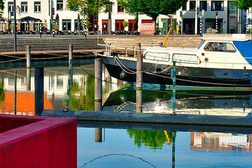 Kleur in het haventje  van de Zuid-Willemsvaart in Weert van J..M de Jong-Jansen