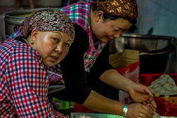 Vrouwen in het Moslim Kwartier in Xi'An van Cecile van Essen