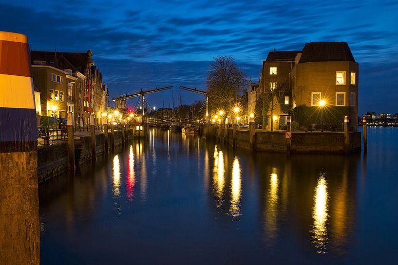 Dordrecht bij avond de Wolwevershaven. van Peter Verheijen
