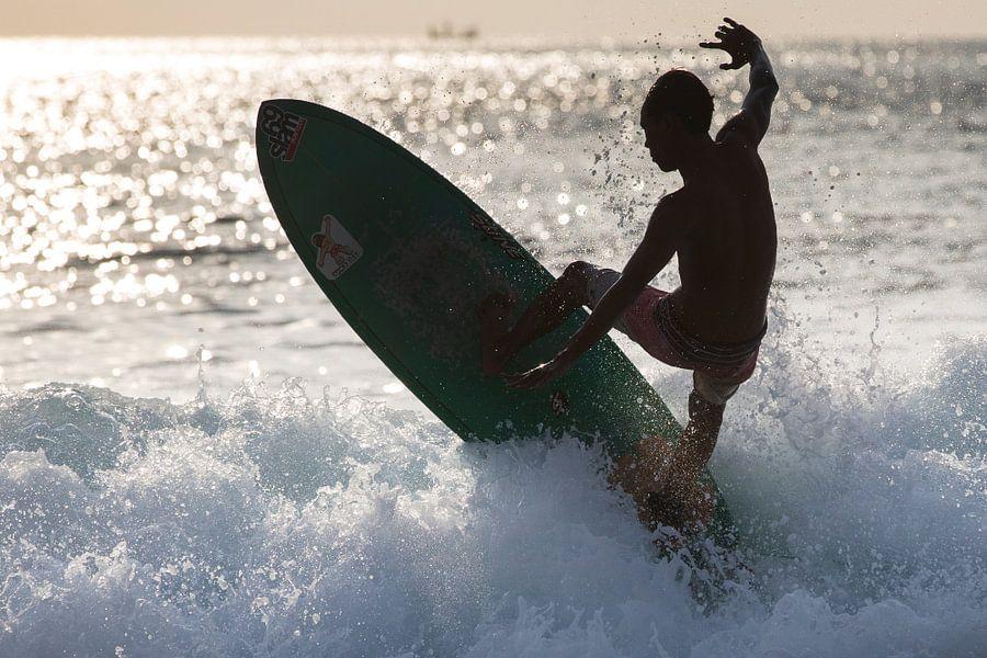 Surfer bij Dreamland Beach Bali