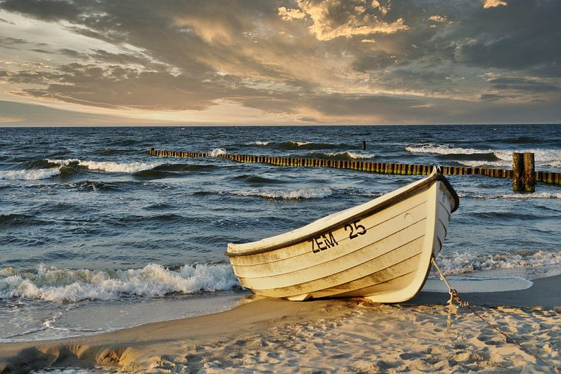 Fischerboot am Strand von Martina Fornal