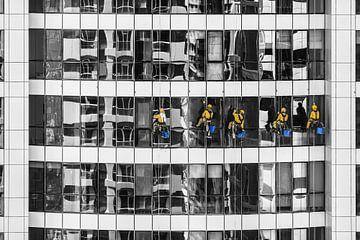 Gläserspüler in Gelb gegen monochromes Wohnhaus von Atelier Liesjes