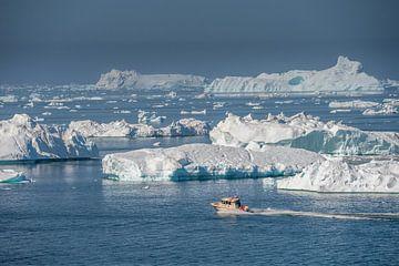 Landschap met ijsbergen en boot van