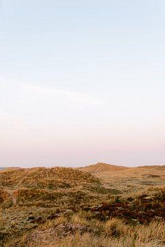 Sonnenaufgang in den Dünen auf Terschelling || Reisefotografie Natur Landschaft Dünen Sommer Sonnena von Manon Galama