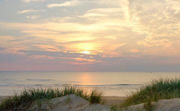 Sommer Sonnenuntergang in den Dünen am Nordseestrand von Sjoerd van der Wal