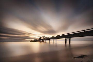 pier met grote hemel aan het strand van Kellenhusen aan de Oostzee bij zonsopgang van Fine Art Fotografie