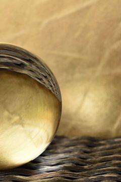 Glazen bol goud staand van Sascha van Dam