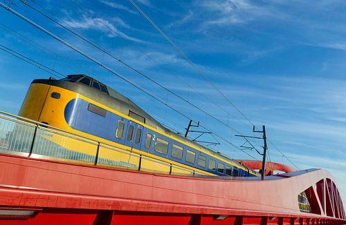 NS intercity trein op de Hanzeboog brug bij Zwolle
