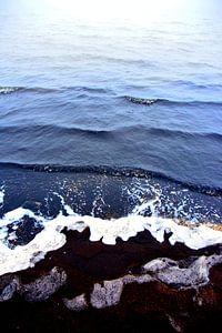 abstract kleuren water schelpen en zwart zand 2