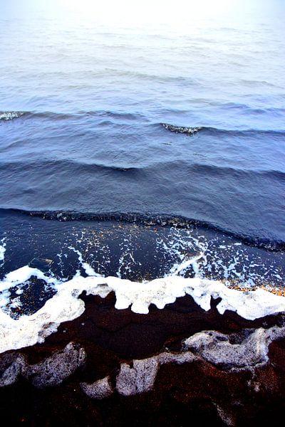 abstract kleuren water schelpen en zwart zand 2 van Ernst van Voorst