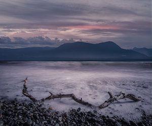 Zonsondergang, bergen en zee in Canada van Leon Brouwer