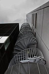 Spiraaltrap tegen kantoorgebouw in Rotterdam