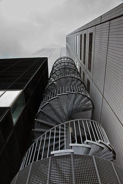 Spiraaltrap tegen kantoorgebouw in Rotterdam van Jan van der Vlies