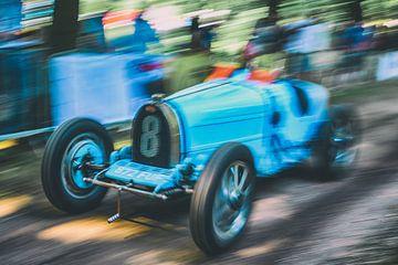 Bugatti Typ 35 klassischer Rennwagen, der schnell auf einer Landstraße fährt. von Sjoerd van der Wal