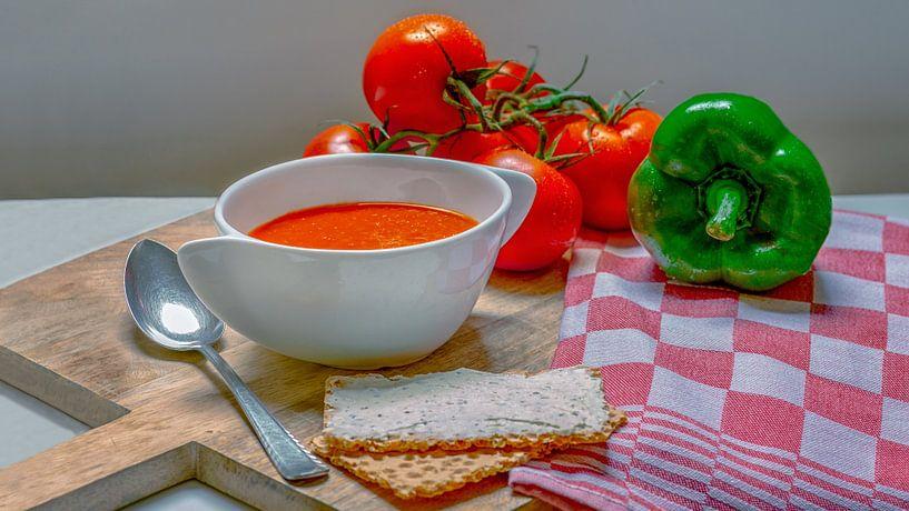 Tomaten Paprika soep op een houten snijplank van R Smallenbroek