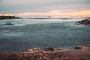 Tjurpannans natuurreservaat Grebbestad lange blootstelling uitzicht op de zee met vuurtoren van Fotos by Jan Wehnert