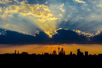 Düsseldorf Skyline Sonnenuntergang van Sebastian Freitag