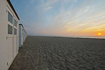 Strandhuisjes bij zonsondergang op Texel van Wim van der Geest