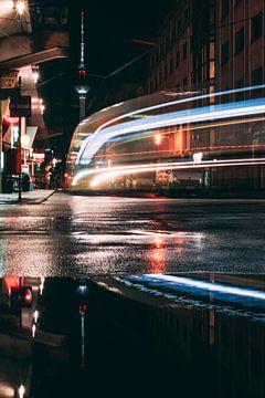 Lichtsporen van een tram in Berlijn van Robin van Steen