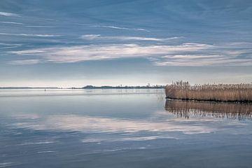 Het Lauwersmeer als spiegel op een windstille voorjaarsdag van Harrie Muis