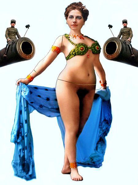 Mata Hari als etalagepop geflankeerd door 2 kanonnen van Ruben van Gogh