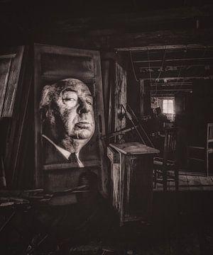 Hütte mit beleuchtetem Bild von Alfred Hitchcock von Atelier Liesjes