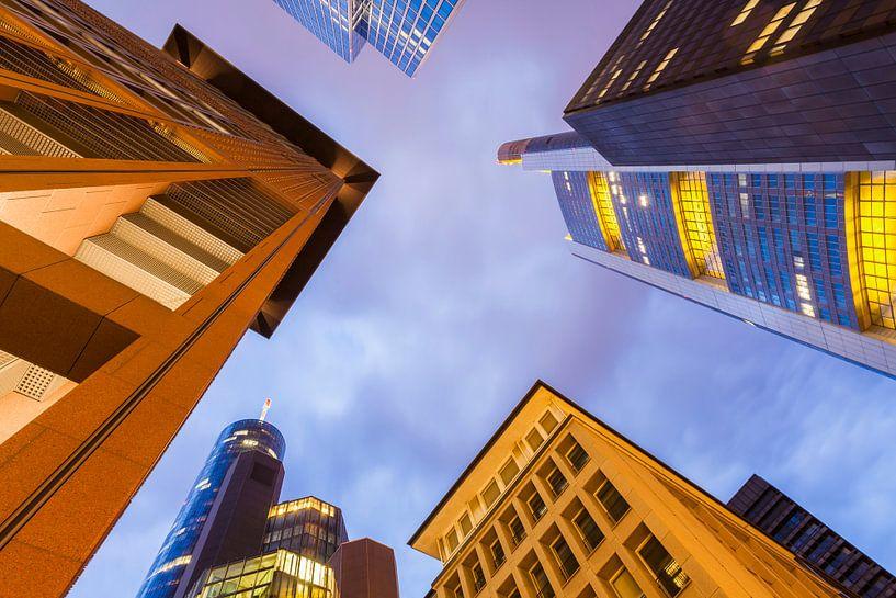 Skyscrapers at banking district in Frankfurt at night van Werner Dieterich