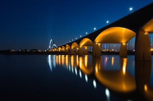 De Oversteek, Nijmegen, bij avond