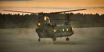 Chinook transporthelikopter stijgt op bij zonsondergang