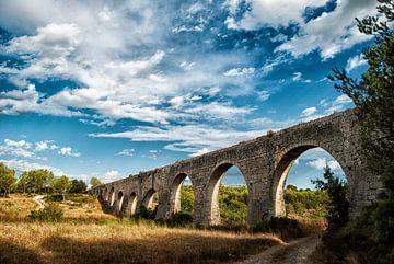 Oude aquaduct (waterbrug) uit Romeinse tijd nabij Montpellier (Frankrijk) met blauwe lucht en witte  van