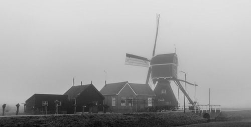 Windmolen in de mist (zwart-wit)