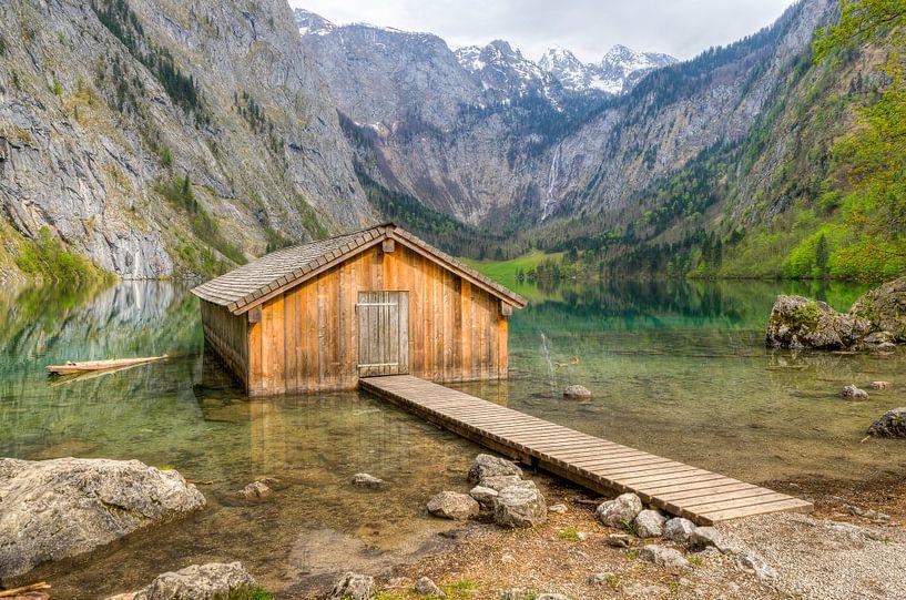 Hut at the Obersee (Koenigssee) in Bavaria van Michael Valjak
