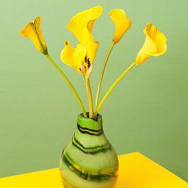 Gelbe Aron-Kelche in einer grünen Vase von Floris Kok
