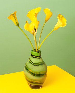 Gelbe Aron-Kelche in einer grünen Vase