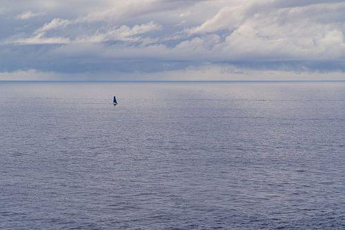 Zeilboot, alleen op zee
