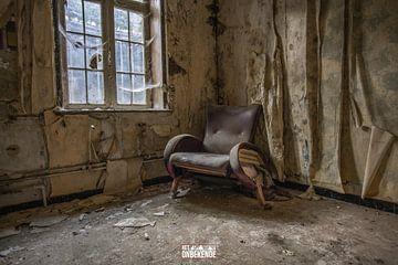 Stuhl in einem verlassenen Kloster. von Het Onbekende