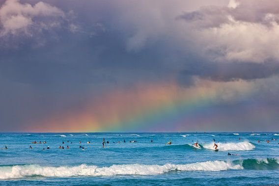A rainbow at Waikiki Beach, Hawaii van Henk Meijer Photography